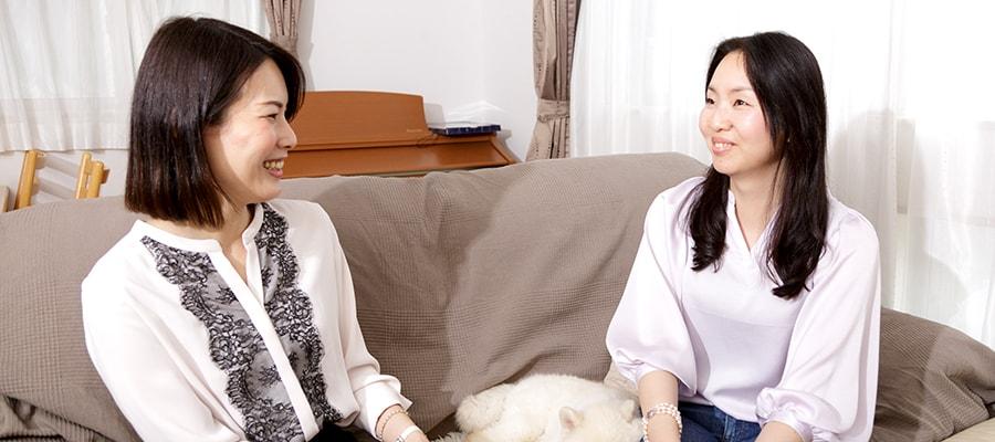 インタビュー中の写真