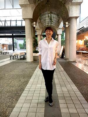 ozieのメンズシャツを着た横田様メンズシャツを女性が着ると、また素敵です