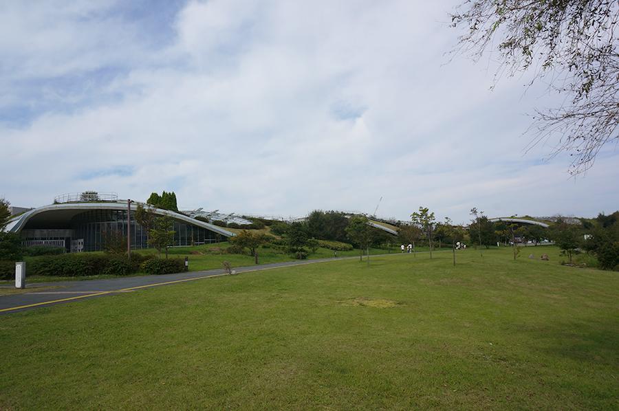 緑に包まれた不思議な建物。体験学習施設「ぐりんぐりん」